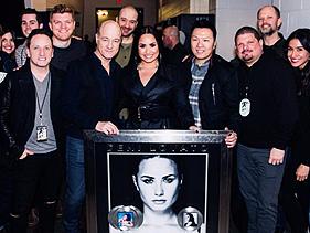 """Demi Lovato ganha placa comemorativa por certificado de platina nos Estados Unidos com o álbum """"Tell Me You Love Me"""""""