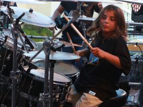 Talento de família! Marcelo, filho de Ivete Sangalo, aparece tocando percussão em ritmo de reggae; veja vídeo