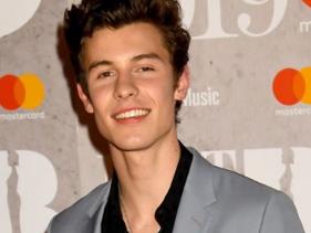 BRIT Awards 2019: Shawn Mendes autografa cuecas no tapete vermelho