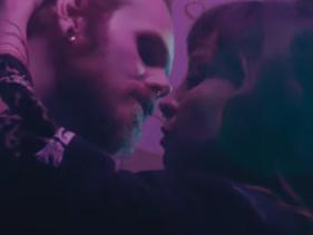 """Pitty se inspira em """"Laranja Mecânica"""" e promove beijação no clipe de """"Ninguém é de Ninguém""""; assista"""