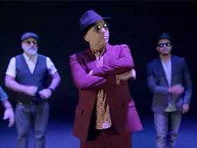 """Zeca Baleiro cai na dança com sua banda no clipe de """"Ela Nunca Diz"""""""