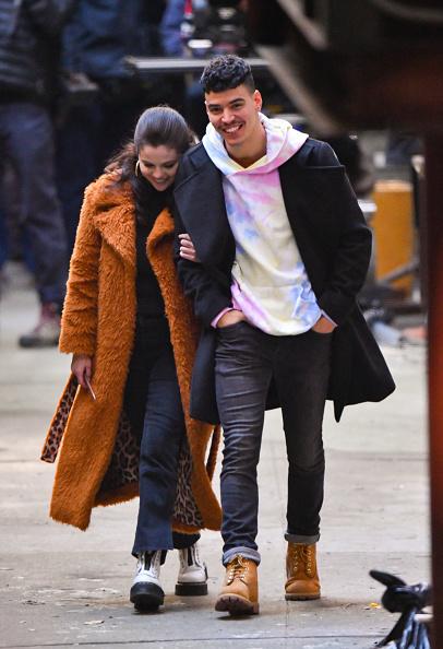 Selena Gomez responde rumor de romance com Aaron Dominguez