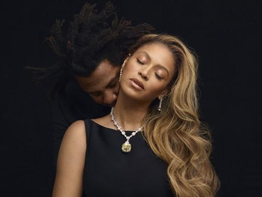 Beyoncé aparece com classe cantando Moon River em comercial